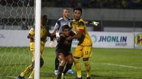 Duel Barito Putera vs PSM Makassar di Stadion Demang Lehman, Martapura, Rabu (11/12/2019). (Bola.com/Abdi Satria)