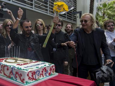 Drummer The Beatles, Ringo Starr memberi salam kepada para penggemar saat merayakan ulang tahunnya yang ke-75 di Los Angeles, California, Selasa (7/7/2015). Acara perayaan ulang tahun tersebut bertema Peace & Love. (REUTERS/Mario Anzuoni)