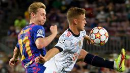 Berstatus sebagai tim tamu, Bayern Muchen terlihat percaya diri sejak dimulainya pertandingan. Di sisi lain, tuan rumah Barcelona juga memulai laga dengan rapi. (Foto: AFP/Lluis Gene)