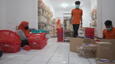 Karyawan Azwardi Sedang Mengepak Snack