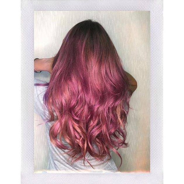 Dengan bantuan Glam Hair Culture Surabaya, Aurel mengubah rambutnya dengan sentuhan warna hot pink champagne yang begitu indah. Dengan rambut yang ditata kece, potret ini tampak bagaikan tumblr kekinian. So cute!/instagram.com/aurelie.hermansyah