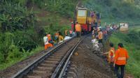 Jalur Kereta Api (KA) Jawa Barat (Jabar) Selatan Longsor. (Liputan6.com/ Jayadi Supriadin)