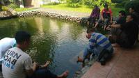 Masjid Iqro di Jalan Raya Leles, Garut, Jawa Barat, menyediakan fasilitas kolam terapi ikan bagi pemudik yang beristirahat. (Liputan6.com/Jayadi Supriadin)