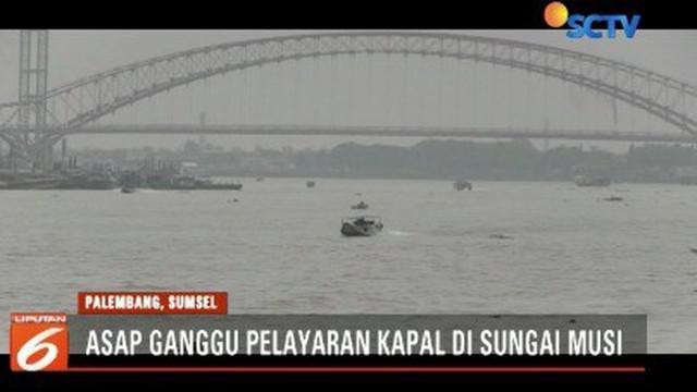 Para sopir kapal ketek mengeluhkan terganggunya aktivitas mereka di lintas perairan sungai Musi, kota Palembang, karena asap tebal.