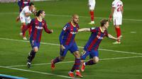 Penyerang Barcelona, Martin Braithwaite (tengah) berselebrasi usai mencetak gol ke gawang Sevilla pada leg kedua babak semifinal Copa del Rey di stadion Camp Nou, Spanyol, Kamis (4/3/2021). Di partai final, Barcelona akan melawan pemenang antara Levante dan Athletic Bilbao. (AP Photo/Joan Monfort)