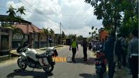 Personel Kepolisian Resor Kota pekanbaru mengepung kawanan perampok yang menyatroni sebuah rumah di Jalan Rawa Mangun, Pekanbaru, Kamis, 12 Juli 2018. (Riauonline.co.id)
