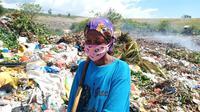 Foto : Wisrance (36), pemulung di Tempat Pembuangan Akhir (TPA) Wairii, Kecamatan Magepanda, Kabupaten Sikka, Nusa Tenggara Timur (Liputan6.com/Dion)