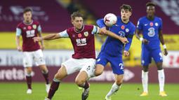 Pemain Chelsea, Kai Havertz, berebut bola dengan pemain Burnley, James Tarkowski, pada laga Liga Inggris di Stadion Turf Moor, Sabtu (31/10/2020). Chelsea menang dengan skor 3-0. (Molly Darlington/Pool via AP)