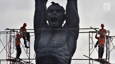 Pekerja melakukan perawatan terhadap Patung Pemuda Membangun di Jakarta, Jumat (27/4). Perawatan dilakukan agar patung yang menjadi salah satu ikon Jakarta itu tetap bersih, terjaga, dan terpelihara dari kerusakan akibat polutan. (Liputan6.com/JohanTallo)