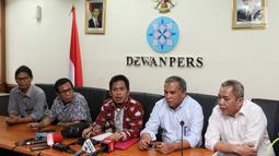 Mantan Komandan Tim Mawar Mayjen Purnawirawan Chairawan (dua kanan) ditemani tim kuasa hukumnya memberi keterangan pers di Jakarta, Selasa (11/6/2019). Chairawan mengadukan pemberitaan Majalah Tempo terkait kerusuhan 21-22 Mei 2019 yang mengaitkannya dengan Tim Mawar. (Liputan6.com/JohanTallo)