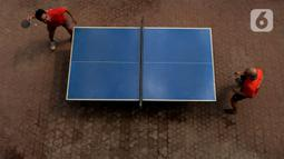 Petenis turnamen tenis meja amatir mengikuti kejuaraan Bintikers Cup Tenis Meja di Pasar Grogol, Jakarta, Sabtu (14/12/2019). Turnamen tersebut juga menjadi penyaluran hobi tenis meja serta sebagai ajang silaturahmi dan menjaga kebugaran. (merdeka.com/Imam Buhori)