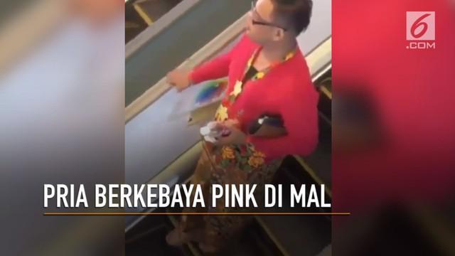 Seorang pria memakai kebaya berjalan di mal mendadak viral.