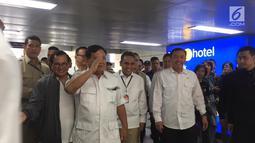Ketua Umum Gerindra Prabowo Subianto tiba di Stasiun MRT Lebak Bulus, Jakarta, Sabtu (13/7/2019). Prabowo disambut Sekretaris Kabinet Pramono Anung hingga Ketua Tim Kampanye Nasional (TKN) Jokowi-Ma'ruf Erick Thohir. (Liputan6.com/Lizsa Egehem)