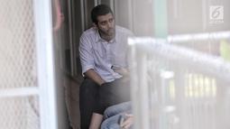 Aktor Fachri Albar berbincang dengan istrinya Renata Kusmanto saat menunggu sidang di ruang tahanan Pengadilan Negeri Jakarta Selatan, Selasa (5/6). (Liputan6.com/Faizal Fanani)
