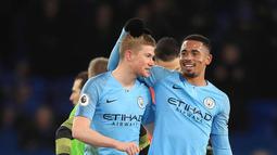 Striker Manchester City, Gabriel Jesus (33) tertawa bersama gelandang Kevin De Bruyne usai pertandingan melawan Everton pada lanjutan Liga Inggris di Goodison Park Stadium (6/2). Jesus mencetak satu gol di pertandingan ini. (Peter Byrne/PA via AP)