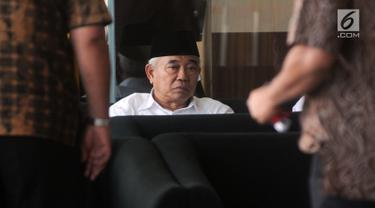 Tokoh PPP Jawa Timur Asep Saifuddin Chalim menunggu di ruang tunggu sebelum menjalani pemeriksaan di Gedung KPK, Jakarta, Senin (25/3). Kiai Asep diperiksa sebagai saksi untuk tersangka Romahurmuziy dalam kasus dugaan suap jual beli jabatan di lingkungan Kementerian Agama. (merdeka.com/Dwi Narwoko)