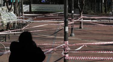 Sebuah taman disegel untuk aturan jarak sosial di Seoul, Rabu (16/12/2020). Perdana Menteri Korea Selatan memohon kepada warganya mematuhi aturan jarak sosial untuk menghindari pembatasan yang lebih ketat guna menghadapi gelombang infeksi COVID-19 terbesar di negara itu. (AP Photo/Lee Jin-man)
