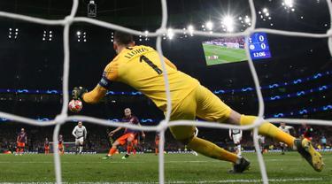 Kiper Tottenham Hotspur Hugo Lloris menepis tendangan penalti penyerang Manchester City Sergio Aguero saat bertanding pada leg pertama perempat final Liga Champions 2018-2019 di Tottenham Hotspur Stadium, London, Inggris, Selasa (9/4). (Reuters/Paul Childs)