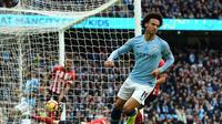Ekspresi winger Manchester City Leroy Sane setelah memaksa bek Southampton Wesley Hoedt melakukan gol bunuh diri pada laga Liga Inggris di Stadion Etihad, Minggu (4/11/2018). (AFP/Paul Ellis)