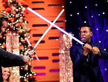 20151218-Lightsaber-Star-Wars-David-Beckham-Dailymail