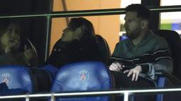 Lionel Messi yang baru saja kembali bersama Neymar usai memperkuat negaranya di Kualifikasi Piala Dunia 2022 tidak diturunkan oleh pelatih Mauricio Pochettino dengan alasan kebugaran dan hanya menjadi penonton di tribun stadion. (AP/Francois Mori)