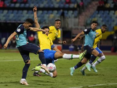 Penyerang timnas Ekuador, Angel Mena (kiri) mencetak gol ke gawang Brasil pada laga Grup B Copa America 2021 di Estadio Olimpico Pedro Ludovico, Senin (28/6/2021). Laga antara Brasil melawan Ekuador berakhir imbang 1-1, Ekuador pun lolos ke babak perempat final. (AP Photo/Ricardo Mazalan)