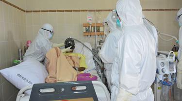 Bupati Banyumas, Achmad Husein meninjau langsung perawatan pasien Covid-19 di ruang ICU Isoasi RS Margono Sukarjo. (Liputan6.com/Humas Pemkab Banyumas)