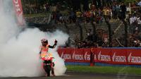 Juara Dunia MotoGP 2013 dan 2014, Marc Marquez melakukan burn out di Sirkuit Sentul, Bogor, (21/10/2014). (Liputan6.com/Helmi Fithriansyah)