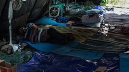 Suasana tenda pengungsian korban rumah ambles di Lodan Raya, Pademangan, Jakarta Utara, Kamis (22/11). Tenda pengungsian sementara didirikan di lapangan kosong belakang rumah-rumah yang ambles. (Liputan6.com/Faizal Fanani)