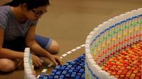 The Amazing Triple Spiral menjadi karya domino menakjubkan ciptaan Lily Hevesh yang dibangun dari 15 ribu keping domino.