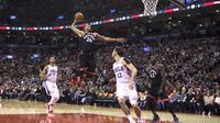 Penggawa Toronto Raptors Norman Powell (24) melakukan slam dunk pada laga NBA melawan Philadelphia 76ers di Air Canada Centre, Sabtu (23/12/2017) atau Minggu (24/12/2017). (AP/Chris Young)