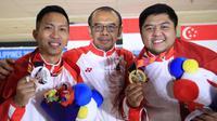 Timnas Bowling Indonesia menjadi juara umum SEA Games 2019. Billy Muhammad Islam (kanan) dan Ryan Lalisang diapit Sesmenpora Gatot S. Dewabroto. (PBI)