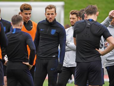 Striker Inggris, Harry Kane, bersama rekannya saat latihan jelang laga kualifikasi Piala Eropa di St George's Park, Selasa (19/3). Inggris akan berhadapan dengan Republik Ceko. (AFP/Paul Ellis)
