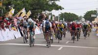 Pembalap Ningxia Sport Lottery, Oleksandi Polivoda, berhasil finis terdepan pada etape II Tour de Singkarak 2018, Senin (5/11/2018). (dok. Tour de Singkarak)