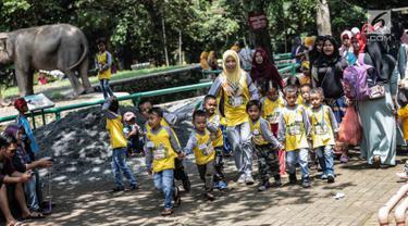 Sejumlah anak TK saat mengunjungi Taman Marga Satwa Ragunan, Jakarta, Kamis (13/12). Kegiatan tersebut untuk mengajarkan anak-anak untuk lebih mengenal binatang-binatang. (Liputan6.com/Faizal Fanani)