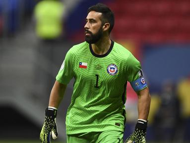 Claudio Bravo adalah pemain tertua yang berlaga di Copa America 2021. Pemain berkebangsaan Chile ini berumur 38 tahun. Sebelum pindah ke Real Betis, ia merupakan kiper Barcelona dan Manchester City. Tak heran jika dirinya masih dipercaya oleh Timnas Chile diusianya saat ini. (Foto: AFP/Evaristo Sa)