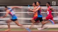 Para pelari beradu cepat saat tampil pada Kejurnas Atletik 2019 nomor 4x100 meter estafet senior putra di Stadion Pakansari, Bogor pada Rabu (8/8/2019). Kejurnas Atletik berlangsung dari 3 hingga 7 Agustus. (Bola.com/Peksi Cahyo)
