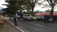 Penjagaan di perbatasan antara Sulteng dan Sulbar di Kabupaten Donggala yang dilakukan petugas gabungan untuk menghalau pemudik. (Foto: Liputan6.com/ Heri Susanto).