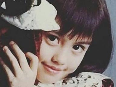 Penyanyi Agnes Monica atau lebih dikenal dengan Agnez Mo sempat memilih rambut pendek dengan poni  depan yang lebat saat masih kecil. Model rambut ini kemudian menjadi tren anak di era 90-an. (Instagram/agnesmonicazone)
