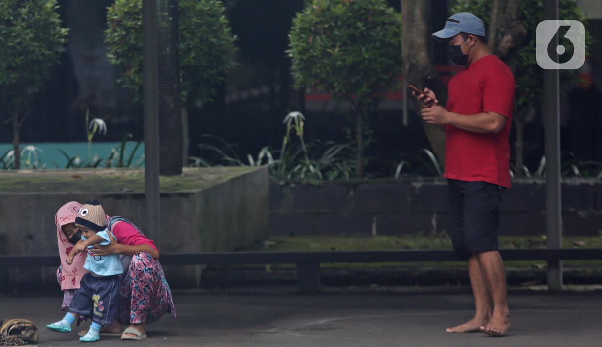 Pasien Covid dengan status Orang Tanpa Gejala beraktivitas di Graha Wisata Taman Mini, Jakarta Timur, Minggu (20/6/2021). Kepala Dinas Kesehatan DKI Jakarta Widyastuti sebelumnya sempat menyebut ketersediaan tempat isolasi pasien COVID-19 di Jakarta terus menipis. (Liputan6.com/Herman Zakharia)