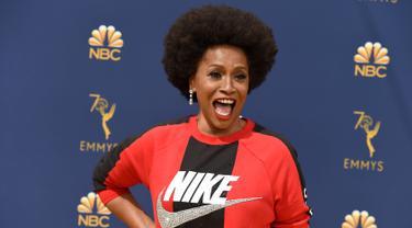 Aktris Jenifer Lewis menghadiri karpet merah ajang penghargaan insan pertelevisian dunia Emmy Awards 2018 di Teater Microsoft, Los Angeles, Senin (17/9). Jenifer tampil agak nyeleneh memakai sweater dari brand Nike. (Jordan Strauss/Invision/AP)