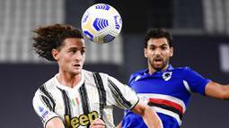 Pemain Juventus, Adrien Rabiot, menyundul bola saat melawan Sampdoria pada laga Serie A di Stadion Allianz, Minggu (20/9/2020). Juventus menang dengan skor 3-0. (Marco Alpozzi/LaPresse via AP)