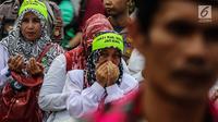 Sejumlah guru honorer Kategori 2 beristigosah saat menggelar aksi di depan gedung MPR/DPR, Jakarta, Senin (23/7). Aksi tersebut untuk mendukung proses penyelesaian atau penentuan nasib para honorer K2 yang sedang dirapatkan. (Liputan6.com/JohanTallo)