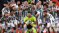 Gianluigi Buffon dan para pemain Juventus menjuarai Coppa Italia 2020/2021. Juventus menjadi juara setelah mengalahkan Atalanta di pertandingan final yang digelar di Stadion Mapei, Kamis (20/5/2021) dini hari WIB (MIGUEL MEDINA / AFP)