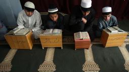 Anak-anak belajar membaca Alquran di sebuah masjid di Kabul, Afghanistan, Senin, (21/5). Anak-anak Afghanistan lebih memperdalam Alquran di saat Ramadan. (AP Photo/Rahmat Gul)