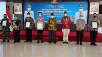 PT Surveyor Indonesia (Persero) menganugerahkan penghargaan bagi tiga pilar desa (dok: Humas)