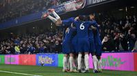 Para pemain Chelsea merayakan gol yang dicetak Jorginho ke gawang Leicester City lewat eksekusi penalti di Stamford Bridge dalam laga pekan ke-37 Premier League, Rabu (19/5/2021) dini hari WIB. Chelsea menang 2-1 atas Leicester City. (GLYN KIRK / POOL / AFP)