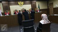 Mantan Gubernur Banten Ratu Atut Chosiyah saat menjalani sidang perdana di Pengadilan Tipikor, Jakarta, Rabu (8/3). Selain Atut, KPK juga telah menetapkan adik kandungnya, Tubagus Chaeri Wardana alias Wawan. (Liputan6.com/Helmi Afandi)