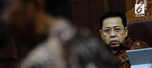 Setya Novanto divonis 15 tahun penjara. Bekas Ketua DPR ini juga juga diganjar membayar Rp 500 juta subsider 3 bulan penjara.  Vonis ini lebih ringan dari tuntutan jaksa penuntut umum pada Komisi Pemberantasan Korupsi (KPK). Hakim menilai, mantan K...