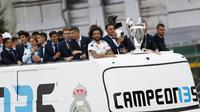 Para pemain Real Madrid menyapa fans saat merayakan kemenangan Liga Champions di Monumen Cibeles, Madrid, Minggu (27/5/2018). Real Madrid menggelar pawai kemenangan bersama fans usai menjuarai Liga Champions 2018. (AP/Francisco Seco)